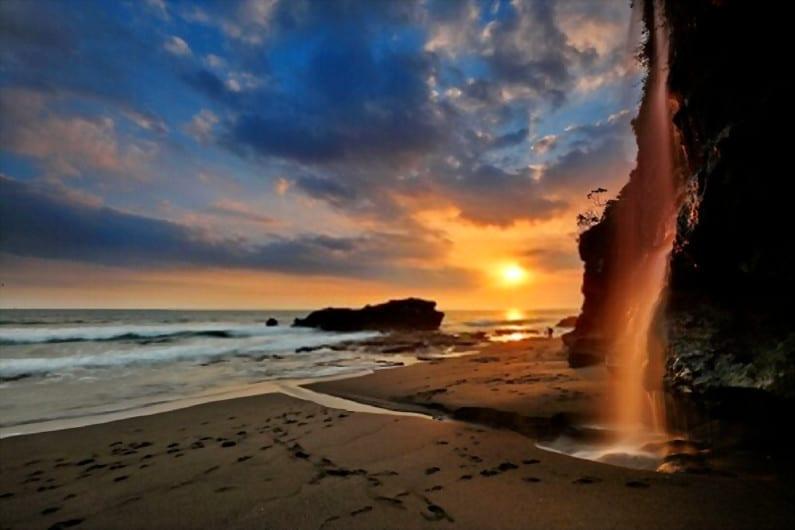 Pantai Melasti - 15 Pantai Bagus di Uluwatu Pulau Dewata Bali