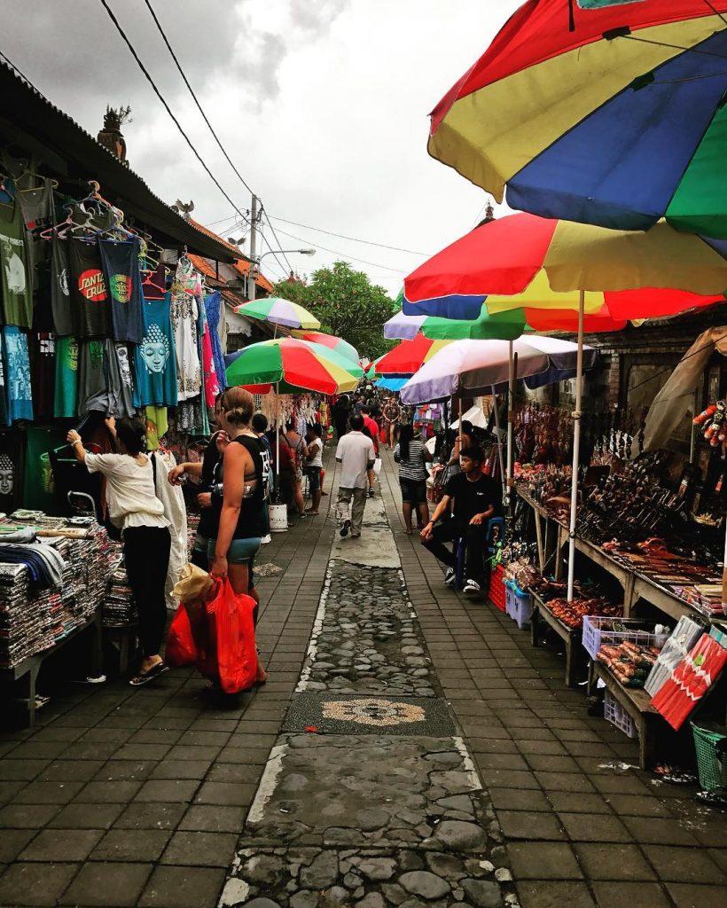 pasar seni ubud 820x1024 - Rekomendasi 8 Tempat Wisata Bali Dekat Bandara Ngurah Rai, Hemat Waktu dan Biaya